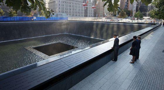 El presidente Barack Obama y la primera dama Michelle Obama, junto con el ex presidente George W. Bush y la ex primera dama Laura Bush, Frente al North Memorial Pool del National September 11 Memorial in New York City en el 10 º aniversario de los ataques del 9/11 contra los Estados Unidos.