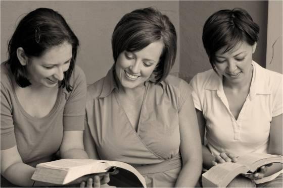 Mujeres Leyendo Biblia