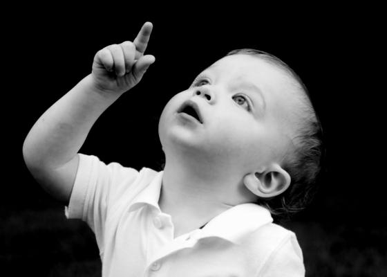 Niño Mirando Al Cielo