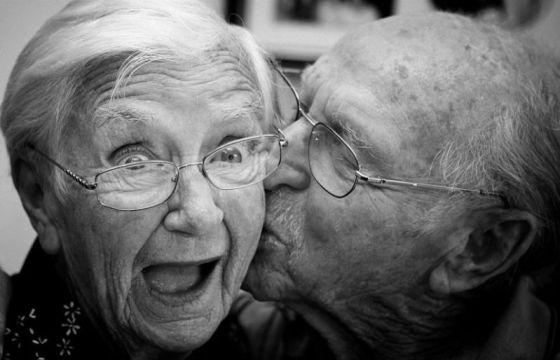 Pareja Ancianos - Beso