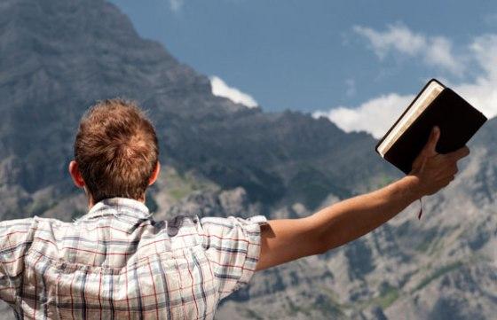 Hombre Alzando Biblia