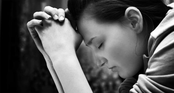 Mujer Orando - Blanco y Negro