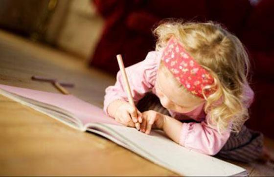 Niña Escribiendo