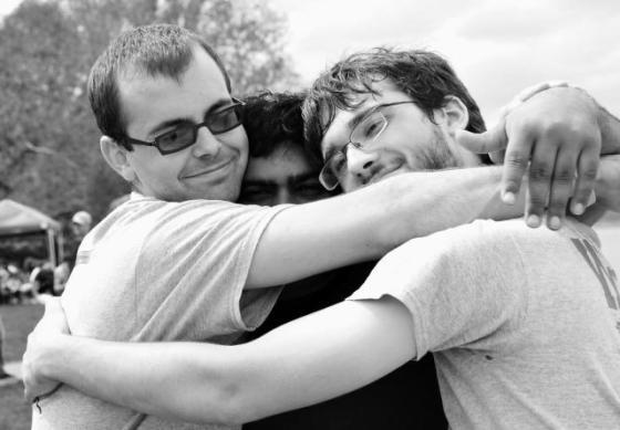 Amigos Abrazandose