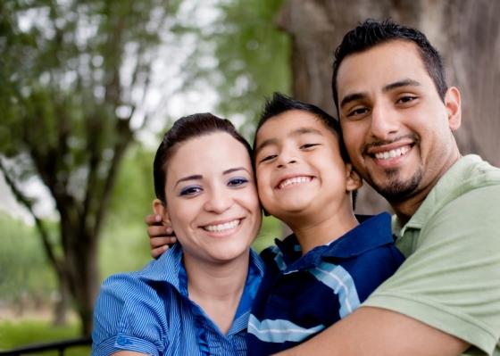 Familia Feliz Hispana