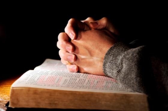 Manos - Orando - Biblia