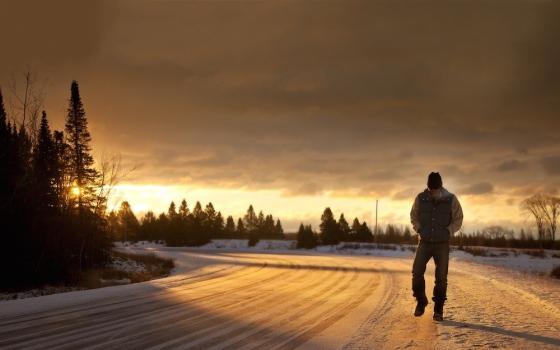 Hombre Caminando - Invierno