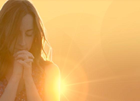 Jovencita Orando