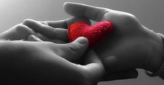 Manos Dando Corazón