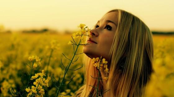 Mujer En Campo De Flores - Creer