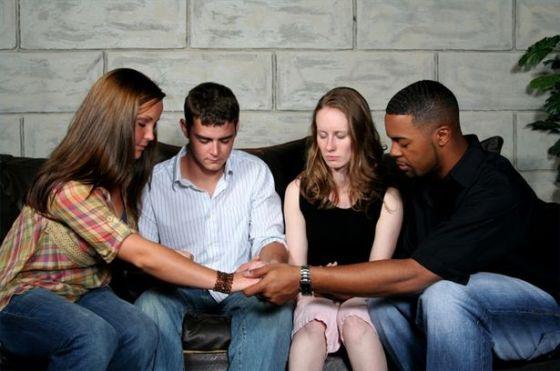 Grupo de Personas Orando