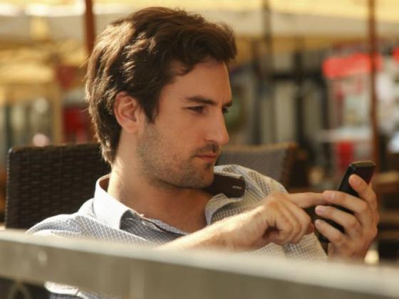 Hombre Enviando SMS