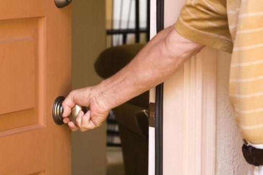 Hombre Abriendo Puerta