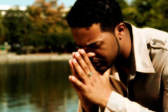 Hombre Orando En El Campo