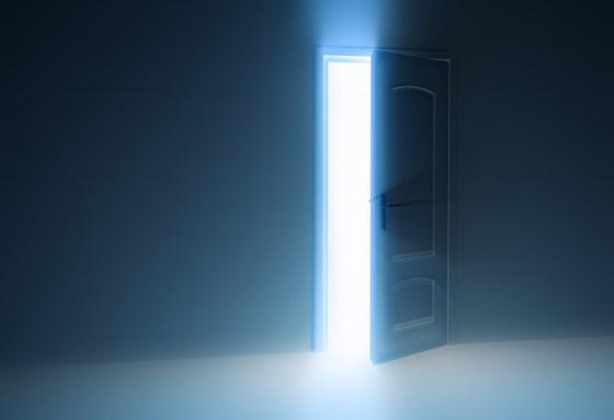 luz-resplandece-puerta-abierta