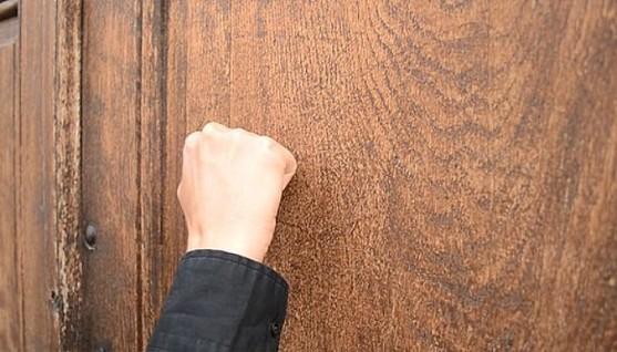 golpe a puerta joven detenido