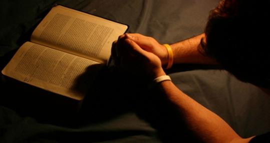 hombre-orando-con-biblia-abierta