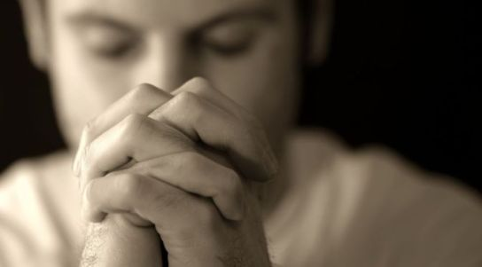 hombre-orando-desenfoque