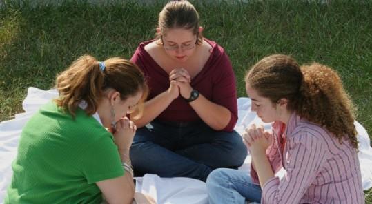 chicas-orando-juntas.jpg