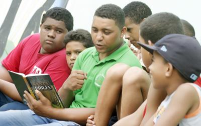 Jóvenes predicando la Palabra de Dios