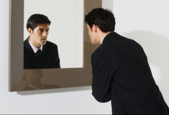 businessman-looking-in-mirror-pan_12170-e1453851487171