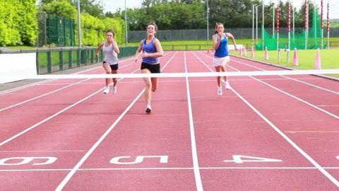 502032778-entrenamiento-de-carrera-euforia-atletismo-llegada-a-la-meta