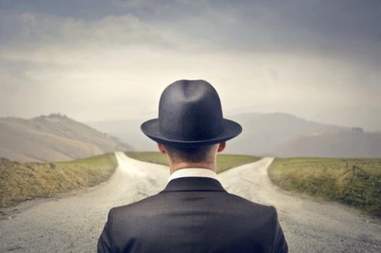 hombre-frente-a-dos-caminos