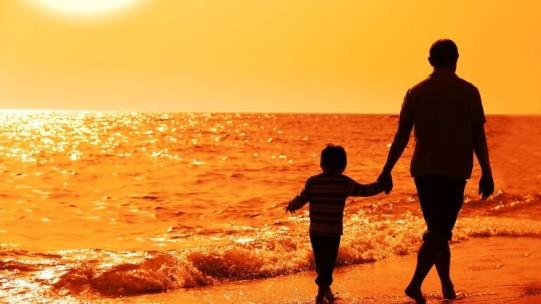papa-e-hijo-caminando-por-la-playa-tomados-de-la-mano-e1452868489866-745x419