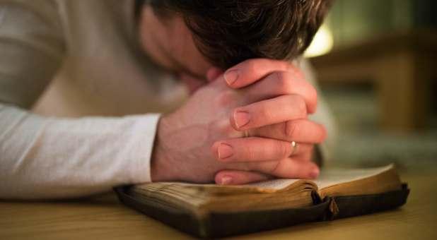 GettyImages-Praying-man