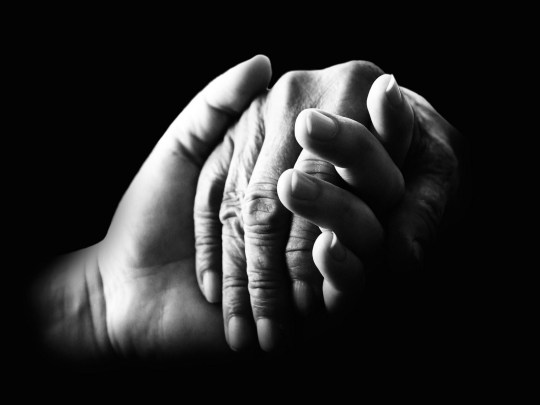 compasion-manos-que-se-toman-fondo