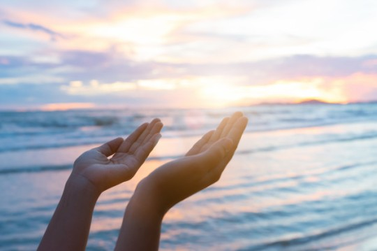 manos-de-mujer-orando-por-la-bendicion-de-dios-durante-el-atardecer-de-fondo-concepto-de-esperanza_53476-1422
