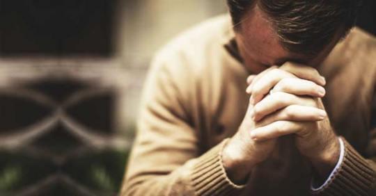 oracion-tiempos-dificiles-hombre-orando-111016