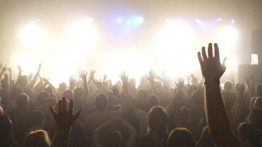 una-multitud-de-cristianos-adorando-al-senor
