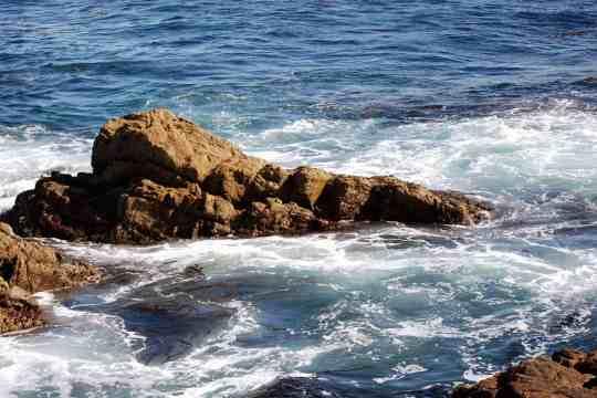 oceano-contra-rocas.jpg