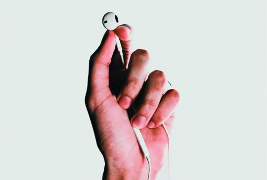 manos audifonos